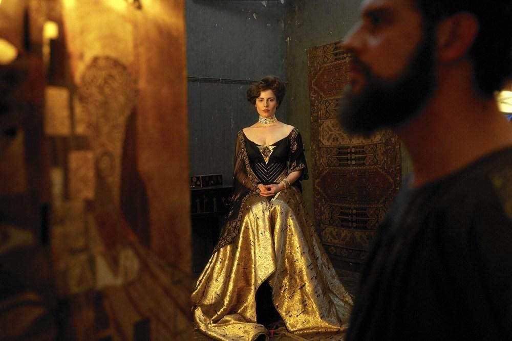 Женщина в золотом